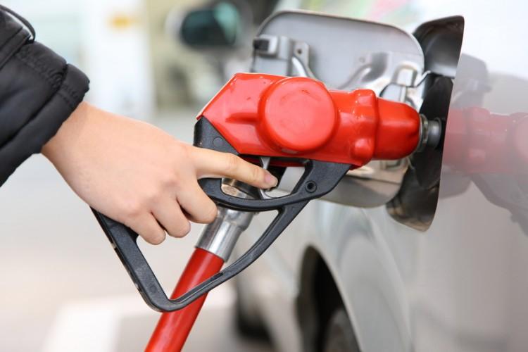 ガソリンは満タンだと燃費が悪くなる?給油ランプが点灯して走行距離は?