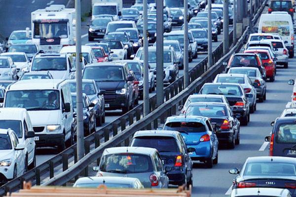 渋滞の原因やメカニズムは?右車線と左車線、高速道路と一般道どっちが早い?