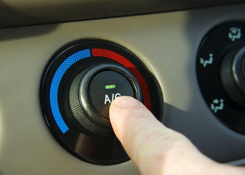 車のエアコンが冷えない場合、修理代はオートバックスでいくら?